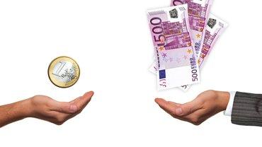 Zwei Hände werden aufgehalten - in einer befindet sich ein Euro, in der anderen mehrere 100€-Scheine