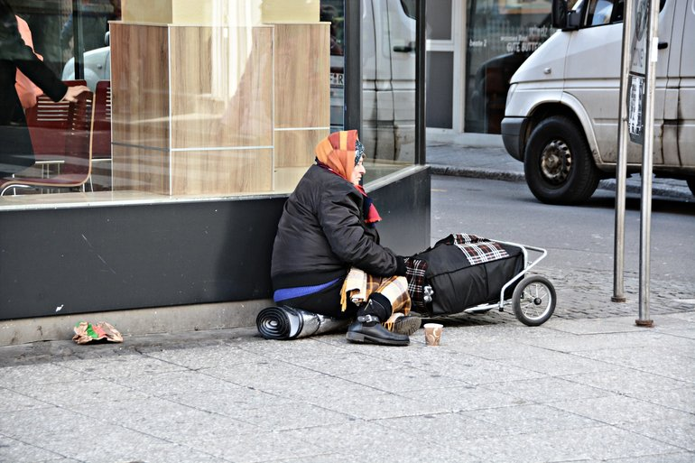 Bettlerin am Straßenrand